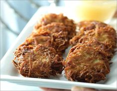 LEARN TO MAKE HANUKKAH LATKES: Potato Pancakes or Latkes and doughnuts, called Sufganiyot, are the most traditional and symbolic fried foods, and they're delicious! The best latkes are golden and crunchy on the outside, soft and tender on the inside. Best Pancake Recipe, Kosher Recipes, Ww Recipes, Healthy Recipes, Kosher Food, Potato Recipes, Delicious Recipes, Hamburgers