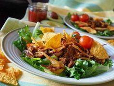 Nyhtökaura kannattaa kuumentaa myös salaattiin. Ruokaisuutta lisäävät avokado ja nacholastut. Jos haluat lisää makua, käytä maustettua nyhtökauraa.