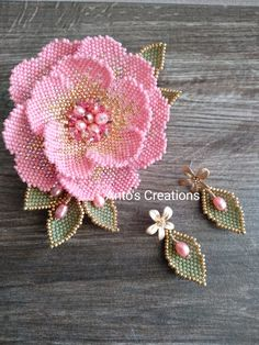 This is the pink version of my White Flower Tutorial Available on my Etsy shop. Beaded Earrings Native, Beaded Earrings Patterns, Beaded Brooch, Bead Embroidery Tutorial, Beaded Embroidery, Beaded Flowers Patterns, Beading Patterns, Seed Bead Flowers, Diy Jewelry Inspiration