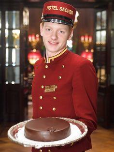 Sacher je originální druh čokoládového dortu s meruňkovou marmeládou a čokoládovou polevou