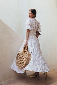Bohemian fashion, boho chic white dress, hipiw long white dresses Source by mookyboutique white dress Bohemian Style, Boho Chic, Bohemian Fashion, Mode Boho, Look Vintage, Mode Style, Look Fashion, Spring Summer Fashion, Beautiful Outfits