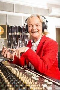 "Der Platz 1 eurer Hörspiel-Legenden geht völlig verdient an unsere ""Hörspielkönigin"" Heikedine Körting.  http://talker-lounge.de/platz-1-heikedine-koerting/  #talkerlounge #hörspiel #hoerspiel #podcast #europahörspiele #hörspielkönigin"