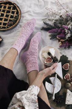 Suloisen vaaleanpunaiset sukat neulotaan kärjestä aloittaen. Mielenkiintoisessa pintakuviossa pitsineuletta elävöittävät neulotut nypyt. #knittingpatterns #pattern #yarn #wool #novita #knittingideas #nordic #handmade #knitfashion #knitting #knit #socks #woolsock #knittedsocks #villasukka Knit Crochet, Socks, Knitting, Diy, Crafts, Fashion, Moda, Manualidades, Tricot
