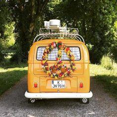 27 ideas for retro cars art vw bus Volkswagen Bus, Vw Camper, Kombi Motorhome, Vw T1, Volkswagen Beetles, Campers, Van Hippie, Mode Hippie, Hippie Life