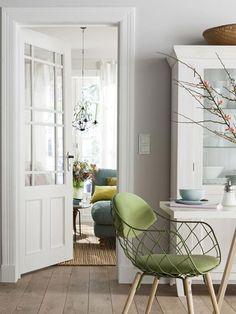 Farben für kleine Räume: Natürliche Schlichtheit  Natur pur: Mit Möbeln und Wohnaccessoires aus nachhaltigen Materialien können Sie sich ein Zuhause zum Wohlfühlen gestalten. Auch kleine Räume bevorzugen Form und Farbe der Naturmaterialien: Khakigrün, Beige, Weiß und Erdtöne dominieren an der Wand und auf dem Boden.