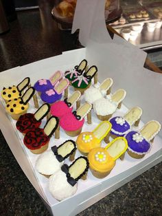 Cupcakes with Pepperidge Farm Milano Cookies for the bottom and Pepperidge Farm Pirouette Cookies for the heel! High Heel Cupcakes, Shoe Cupcakes, Stiletto Cupcakes, Party Cupcakes, Diva Cupcakes, Princess Cupcakes, Cupcake Art, Princess Party, High Heel Cookies