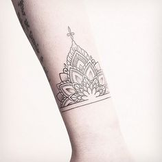 What does cuff tattoo mean? We have cuff tattoo ideas, designs, symbolism and we explain the meaning behind the tattoo. Dope Tattoos, Ankle Tattoos, Trendy Tattoos, New Tattoos, Hand Tattoos, Sleeve Tattoos, Ankle Cuff Tattoo, Tatoos, Tattoos For Lovers