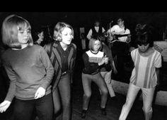 Dancing at the Scene Club Soho Mod Fashion, 1960s Fashion, Vintage Fashion, Mod Girl, Swinging London, Girls Slip, Evolution Of Fashion, 60s Mod, British Invasion
