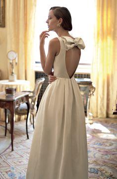 Scollo a cuore sulla schiena, Max Mara Bridal. Ph. Fulvio Maiani, stylist Maria Giulia Pieroni. Vogue Sposa n. 125 Giugno 2013