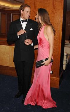 Prince William and Kate Middleton attended the dinner, hosted by the American Friends of the Royal Foundation of the Duke and Duchess of Cambridge and Prince Harry. Princesse Kate Middleton, Kate Middleton Dress, Kate Middleton Style, Prince William And Catherine, William Kate, Principe William Y Kate, Vestidos Animal Print, Duchesse Kate, Prinz Charles