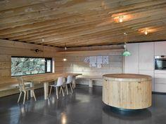 Jídelní kout navazuje plynule nakuchyňskou část. Dřevěné prvky si vlastnoručně vyrobil majitel domu.