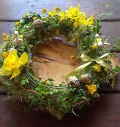 Wielkanocny wianek z żywych kwiatów