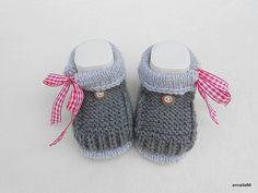 Gestrickte Babyschuhe im Trachtenlook mit kleinen Schleifen / cute knitted baby shoes with little bows by Annalie66 via DaWanda.com