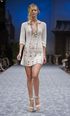 http://outstandingcrochet.blogspot.com/2012/04/crochet-dress_3961.html