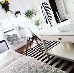 Almanya Berlin'de yaşayan Yasemin hanımın İskandinav stilden esinlenen siyah-beyaz vurgusu etrafında şekillenmiş evinin konuğuyuz.. Evinin dekoruyla uğraşmayı, yenilikler eklemeyi çok seven ev sahibim...