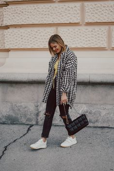Zeit, Uhr, Streetstyle, Holzkern, Hahnentrittmuster, weiße Sneakers, Blonde Haare, Frühlingslook, Momjeans, Love Her Style, Style Me, Style Clothes, The Girl Who, Outfit Posts, Fashion Bloggers, Fox, Style Inspiration, Fashion Outfits
