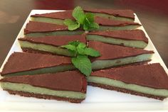 Raw Peppermint Slice Raw Desserts, Gluten Free Desserts, No Bake Desserts, Chocolate Treats, Healthy Chocolate, Food N, Food And Drink, Raw Ice Cream, Peppermint Slice