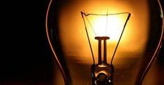 O homem que mitou colocando cimento dentro de uma lâmpada