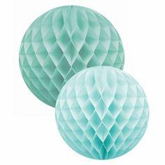 8,90€ IVA incluído Preciosas bolas de nido de abeja en verde agua ideales para decorar de una forma muy especial en tus fiestas.  DETALLES: Set de 2 unidades Papel y cartón 1 de 30 cm y 1 de 35 cm Diseño muy original