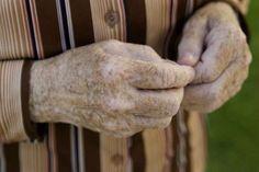 Старение кожи – это особенность человеческого организма, и от нее никуда не деться. У каждого человека старение начинается в разном возрасте и проявляется по-разному. Одним из проявлений считаются пигментные пятна, которые появляются на лице, руках, ногах и других частях тела. Как выглядят пигментные пятна? Старческая пигментация – это появление на коже коричневых пятен разного размера […]