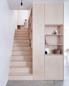 Dicas praticas e de baixo custo de soluções de marcenaria para pequenos espaços. Móveis em MDF cru, sem acabamento, contrastando com o cimento aparente ou com o branco das paredes, tornando assim o ambiente mais leve e despojado, seguindo um estilo mais europeu, escandinavo, de design de interiores.