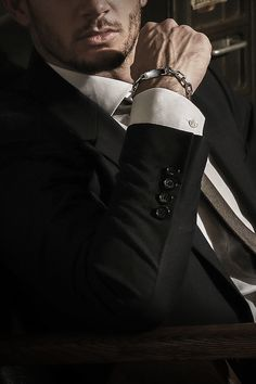The men's bracelet brand ByEnzo, who knows the man's intimate figure, can feel the weight and light weight. Mafia, Der Gentleman, Gentleman Style, Applis Photo, Daddy Aesthetic, Men Photography, Christian Grey, Chains For Men, Poses For Men