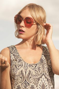 Chloë Sevigny es un máster en estilo, femenina y con personalidad. Consigue este look de aires bohemios con unas Ward en color frambuesa. #inspiración #inspiration #Eyehunter #Kaleos #eyehunters #sunglasses #shades #sunnies #glasses #look #gafas #gafasdesol #Ward