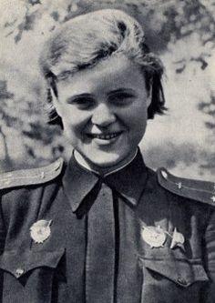 Yevgeniya Rudneva Berdiansk (Ucrania, 24 de diciembre de 1920- 9 de abril de 1944)  estudiaba mecánica y matemáticas en la universidad estatal de Moscow miembro de la Sociedad Astronómica de la URSS. En 1941 se ofreció a la fuerza aérea graduándose en mayo de 1942 como navegadora de vuelo alcanzando el rango de teniente siviendo al 588 regimiento de bombardeo nocturno. Miembro del PCUS desde 1943