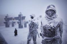 Ice kéregben szobrok a parkban emlékére bukott a második világháború Yakutskban.