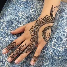 open leaves...n closed leaves...open leaves...n flowers...flowing across fingers a la @hennabydivya love this layout!