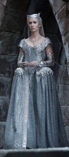 We take a look at costumes of Emily Blunt as Freya, the Ice Queen. - The Huntsman Winter's War. Colleen Atwood, Emily Blunt, Charlize Theron, Beautiful Costumes, Beautiful Outfits, Movie Costumes, Theatre Costumes, Ice Queen Costume, Costume Dress