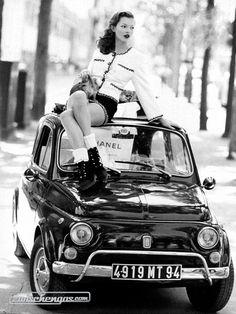 Kate Moss auf einem Fiat 500 © Arthur Elgort #KateMoss #Fiat500 #Fiat #zwischengas #classiccar #classiccars #oldtimer #oldtimers #auto #car #cars #vintage #retro #classic #fahrzeug