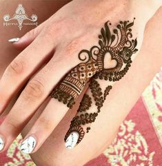Mehndi is something that every girl want. Arabic mehndi design is another beautiful mehndi design. We will show Arabic Mehndi Designs. Finger Henna Designs, Simple Arabic Mehndi Designs, Mehndi Designs For Girls, Mehndi Designs For Beginners, Modern Mehndi Designs, Mehndi Design Pictures, Mehndi Designs For Fingers, Latest Mehndi Designs, Henna Tattoo Designs