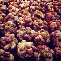 Cestitas de masa frola con crema pastelera y frutillitas del bosque ...¡Una delicia italiana!