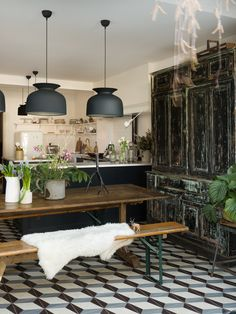 Mixing old and new in this deVOL Shaker kitchen with a vintage pantry and statement lighting Home Design, Design Studio, Küchen Design, Interior Design Kitchen, Devol Kitchens, Home Kitchens, Vintage Pantry, Cocinas Kitchen, Home Staging