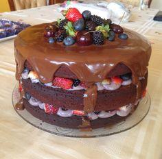 Chocolate Naked Cake with berries and mint. Bolo Pelado de chocolate com frutas vermelhas e menta.