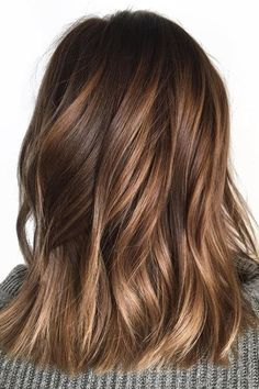 Looking for most pretty demanding hair color ever? See here the most great ideas of various balayage hair colors. Balayage is a French hair coloring technique where the color is painted on the hair… Brown Shoulder Length Hair, Shoulder Length Balayage, Brown Mid Length Hair, Honey Balayage, Brown Hair Balayage, Balayage Hair Brunette Caramel, Hair Color Balayage, Brown Ombre Hair, Fall Balayage