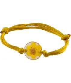 ► No la típica pulsera. Esta pulsera ingeniosa tiene una flor natural prensada en resina, con un listón de cola de rata. Es amarillo, ajustable y hecha a mano. Las dimensiones indicadas son para el dije de resina redonda en sí. #recuerdos #xv #años