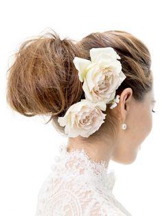 アップヘア+バラの王道スタイルはラフ感をアレンジして/Back