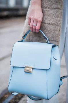 Outfit mit weißem Jumpsuit im Culotte Style von Closet London, fake fur Weste von Zara, hellblauer Rucksack und hellblaue Pumps   OOTD   Streetstyle   Julies Dresscode Fashion Blog   https://juliesdresscode.de