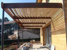 Menuiserie Confort construit des pares soleil en bois sur mesure qui s'adapteront parfaitement avec votre extérieur.