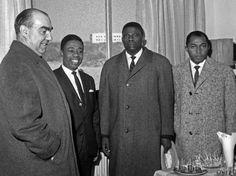Carrero Blanco, con Bonifacio Ondó Edu, en el centro, durante una visita en 1964 al Colegio Mayor Nuestra Señora de África. Palmeras en la nieve: Españoles en Guinea Ecuatorial: descolonización a punta de pistola | EL MUNDO