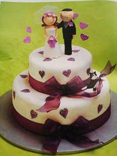 Torta de boda decorada con corazones y cinta de gasa púrpura