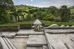 Sulle nostre colline veglia paterna l'indomita famiglia partigiana. Monumento al Partigiano umbro.
