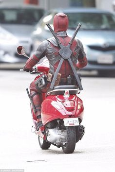 Hunky Ryan Reynolds is suited up as he scoots around set of Deadpool 2 Marvel Dc Comics, Marvel Heroes, Marvel Avengers, Deadpool Pikachu, Deadpool Art, Deadpool Funny, Marvel Jokes, Avengers Memes, Avengers