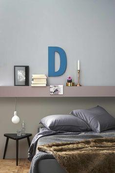 slaapkamer-grijs-bed-plank Kleuren: boven de richtel TN.01.65, richel B1.04.58, onderste muurdeel YN.02.45, bed TN.06.44