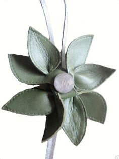 bloem-ketting-leer-olijfgroen-metalic-detail1-1.jpg (480×640)