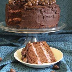 Tämä suklainen ja tuhti kakku sopii juhlahetkeen. Kakun täytteessä maistuu ihanasti vadelma.