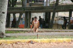 Colectivos armados del gobierno dejan desnudo a un estudiante en la UCV como castigo ejemplificante