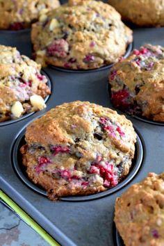 Raspberry banana oatmeal muffins with white chocolate chunks breakfast in 2 Raspberry Oatmeal Muffins, Banana Oat Muffins, Breakfast Muffins, Oatmeal Muffin Recipe, Banana Chips, Raspberry And White Chocolate Muffins, Raspberry Breakfast, Oat Pancakes, Baking Recipes